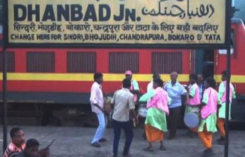70 साल से हर साल हो रही चलती ट्रेन में विश्वकर्मा पूजा
