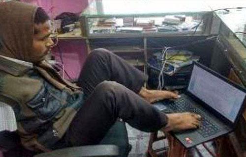 पैर से कम्प्यूटर चला रहा रोहित विश्वकर्मा - 9 Feb 2018